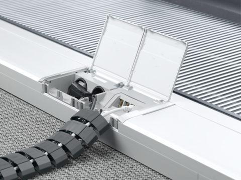 Локальная сеть и питание компьютера и монитора проложены в гибком коробе