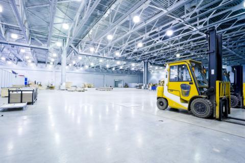 На фото — светодиодное освещение крытого склада