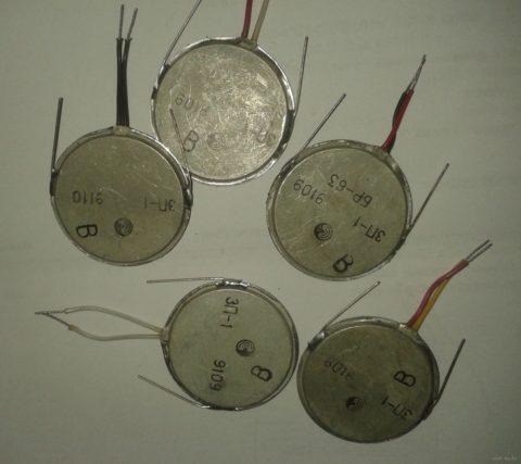 Пьезокерамические излучатели, они встречаются почти во всех небольших приборах со звуковой сигнализацией