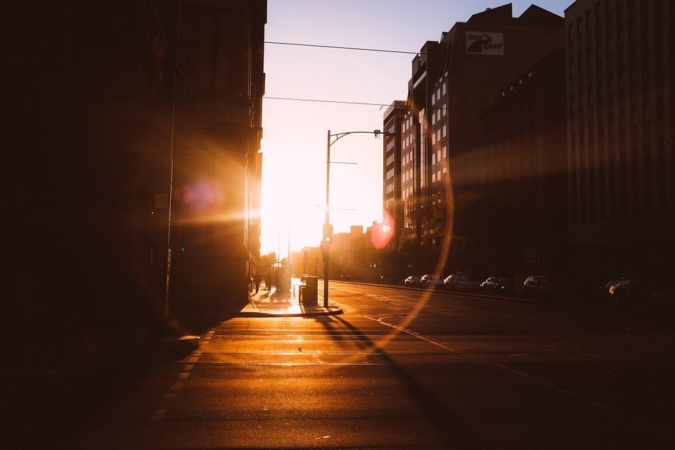 Когда солнце уходит за горизонт, уличное освещение занимает его место