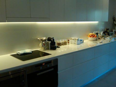 Белый свет на кухне