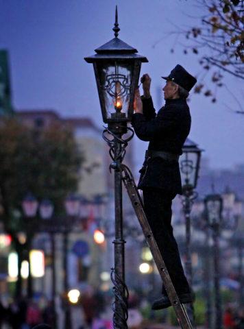 Фонарщик реализует ручное управление газовой лампой (кстати, снимок современный на нем сотрудник Брестского ГорСвета)
