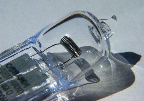 Галогенная лампа: спираль накаливания помещена в среду, препятствующему испарению металла при нагреве