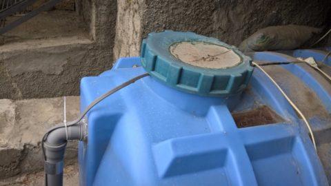 Кабель уложен в отстойник септика; концевая муфта и соединение с холодным концом находятся за пределами бака