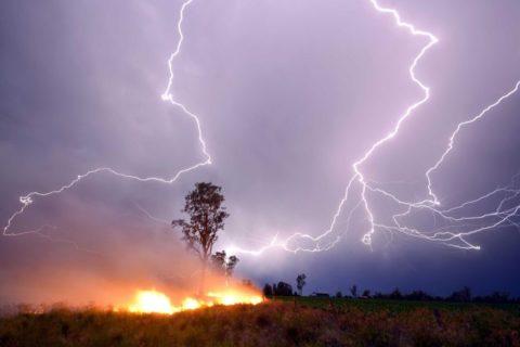 Молния породила огонь для человека