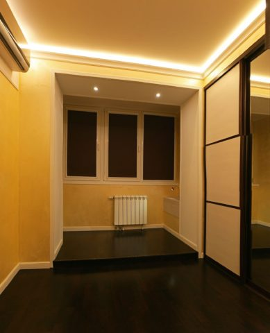 На фото — подсветка потолка led-лентой
