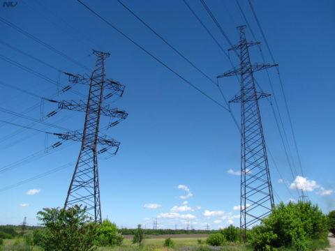 Типичное напряжение ЛЭП — 220-500 тысяч вольт