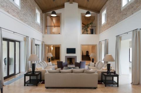 В помещениях с высокими потолками внутрипольное отопление следует дополнять конвекционным