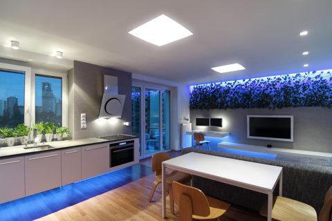 Встроенные в потолок панели обеспечивают освещение гостиной