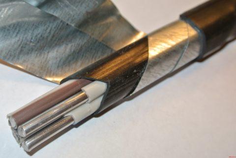 На фото ленточная броня кабеля