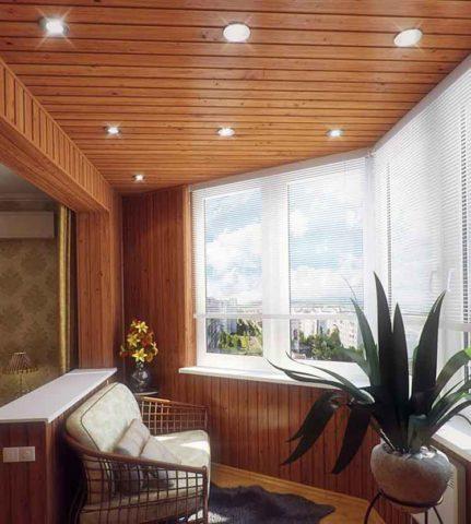 На фото верхнее общее освещение для балкона