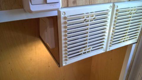 Ниша для блока питания защищена вентиляционными решетками с сетками от насекомых