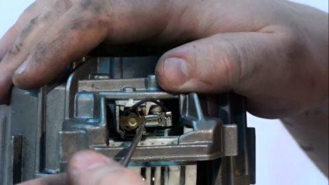Открытая щетка электродвигателя