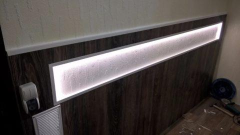Подсветка ниши в доме автора смонтирована на доступной ребенку высоте