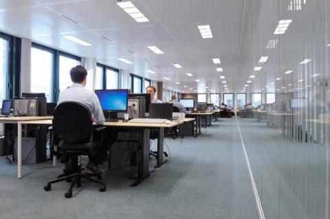 Светильники расположены в верхней точке офиса