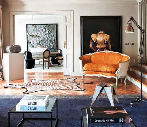 Возможно, ретро розетка будет так же уместна в этой комнате, оформленной в дизайне контемпорари, как и софа в стиле ампир на заднем плане