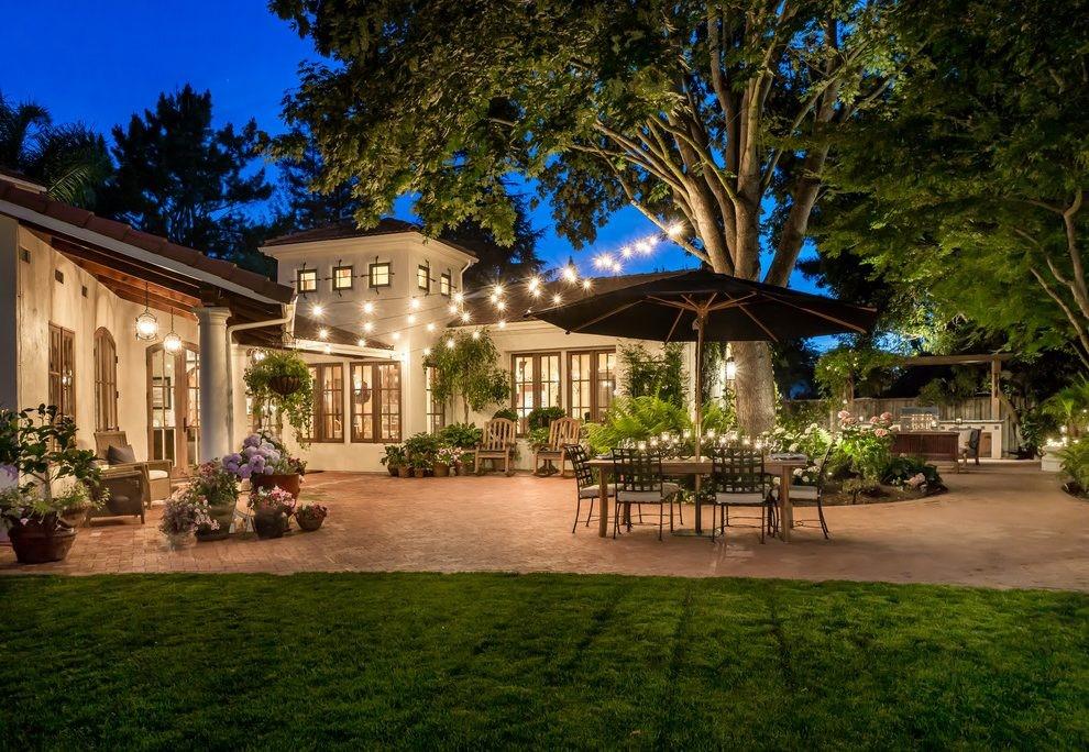 Двор освещен полностью и равномерно – принимать гостей можно хоть в полночь