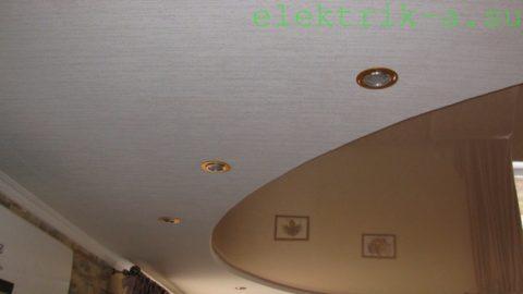 Галогенные светильники врезаны в окружающий натяжное полотно гипсокартонный короб