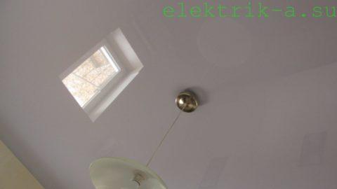 Глянцевый потолок сделает комнату выше