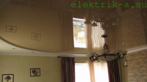 Комбинированное освещение гостиной с натяжным потолком