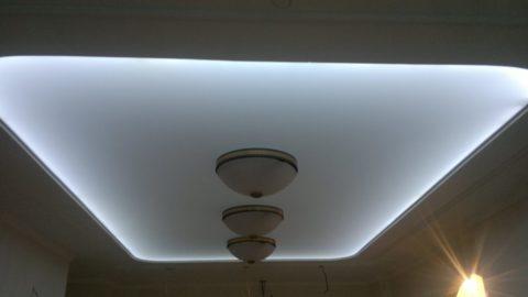Лента подсветки скрыта в гипсокартонной нише