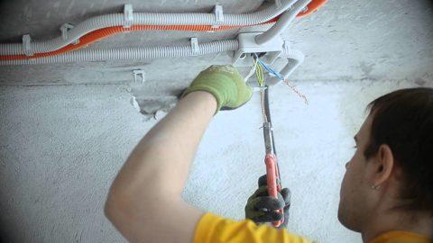 Монтаж электропроводки в стяжке намного проще чем под потолком