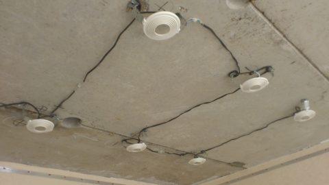 На фото — разводка освещения над натяжным потолком