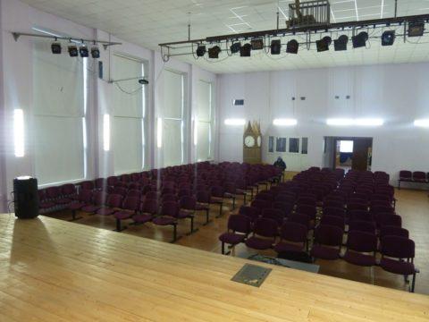 На фото эстрада актового зала