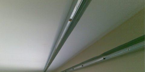 Направляющие закреплены на стене и потолке