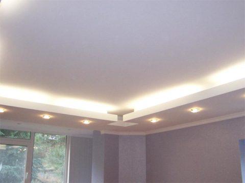 Обычно применяется комбинация отраженного света и точечных светильников