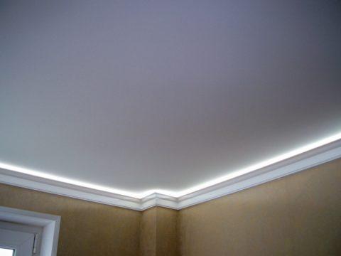 Подсветка скрыта потолочным багетом