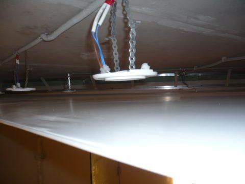 Устройство освещения в натяжных потолках: площадка под светильник закреплена на поверхности перекрытия