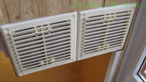 Вентилируемая ниша для БП защищена решетками с сетками от насекомых