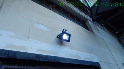 10-ваттный led-прожектор обеспечивает ночное освещение небольшого двора