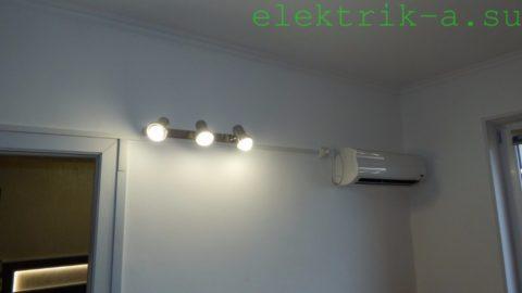 Еще один спотовый светильник отвечает за освещение игровой зоны детской