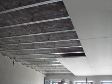 Гипсокартонный потолок, собранный наполовину
