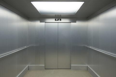 На фото — светодиодное освещение лифта