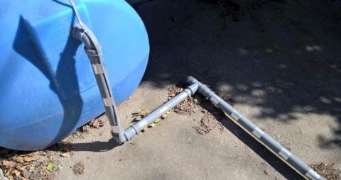 На поворотах канализации кабель зафиксирован полиэтиленовыми стяжками