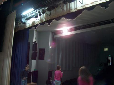 Освещение сцены светодиодное: сценический светильник выделяет не больше сотни ватт тепла