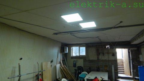 Пара панелей закреплена на потолке дюбель-гвоздями и освещает подвал площадью 75 квадратов