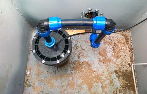 Полиэтиленовый ввод водоснабжения в кессоне скважины