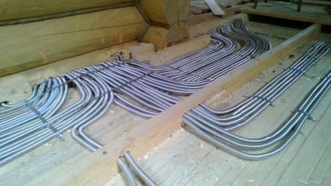 Правильный монтаж электропроводки по деревянным поверхностям