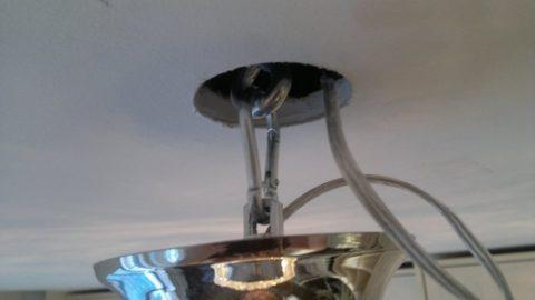 Смонтированная люстра на крючке
