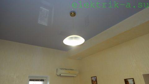 Спальня освещается единственной led-лампочкой мощностью 15 ватт