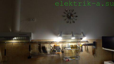 Три спота освещают всю рабочую поверхность кухни