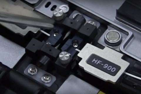 Установленные под сварочные электроды провода в держателях