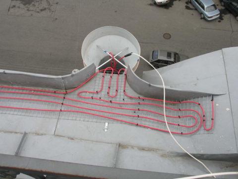 Водосточные воронки с греющими кабелями не забьются льдом и снегом во время заморозков в межсезонье