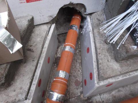 Для крепления системы обогрева на канализационной трубе использованы алюминиевый скотч и полиэтиленовые стяжки