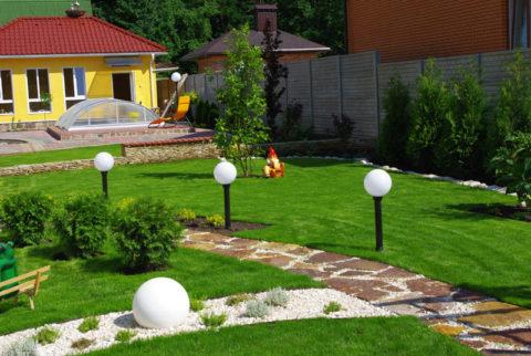 Использование невысоких столбов для освещения садовых дорожек