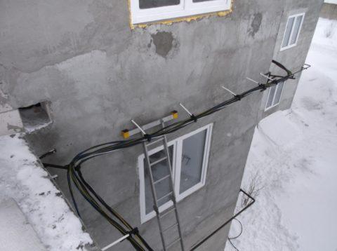 Монтаж провода СИП можно выполнять по фасаду зданий